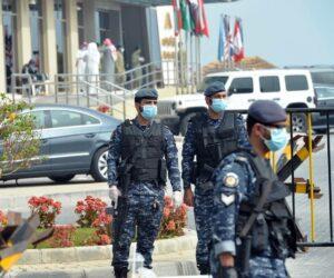 Der Nahe Osten im Zeichen der Epidemie: Soldaten bewachen ein Hotel in Kuwait, das in eine Quarantänestation für aus dem Iran evakuierte Landsleute umgewandelt wurde. (imago images/Xinhua)