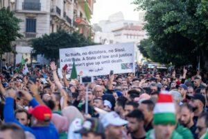 Demonstranten in Algerien demonstrieren seit einem Jahr für ein anderes politisches System (imago images/Hans Lucas)