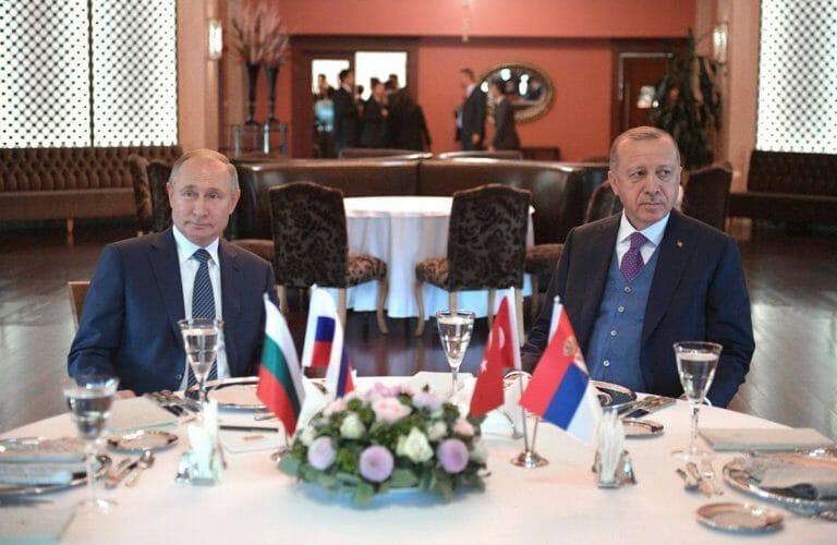 Erdogans Türkei kann es sich mit Putins Russland nicht verscherzen. (imago images/ITAR-TASS)