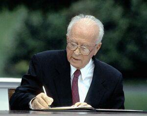Israels Premier Jitzchak Rabin unterzeichnet 1994 das sogenannte Oslo-Abkommen (imago images/ZUMA Press)