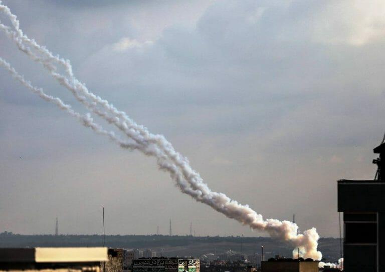Terroristen feuern aus dem Gazastreifen Raketen auf Israel. (imago images/Xinhua)