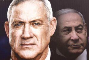 Ein Wahlplakat von Blau-Weiß sieht Herausforderer Benny Gantz vor Premier Netanjahu. Die letzten Umfragen kommen zu einem anderen Ergebnis. (imago-images/UPI Photo)