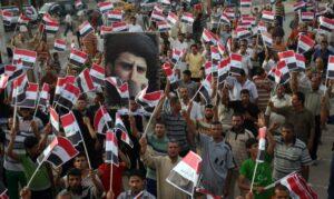 Anhänger von Muqtada al-Sadr mit einem Porträt des Klerikers