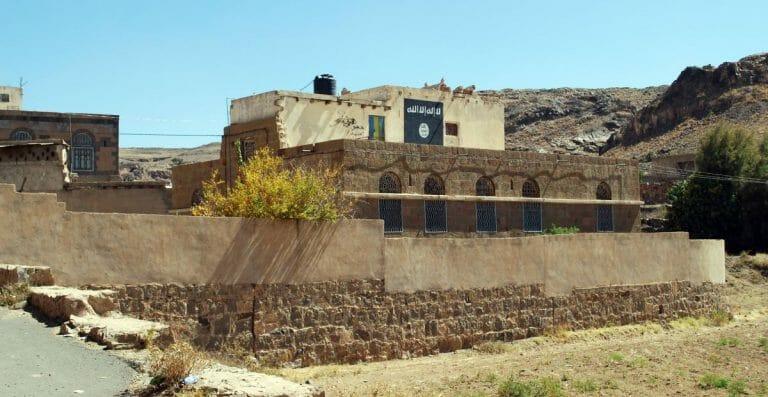Al-Qaida-Flagge auf einem Haus im Jemen