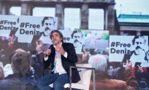 Der Journalist Deniz Yücel auf einer Konferenz über Pressefreiheit
