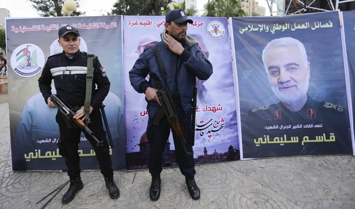 Hamas-Polizisten vor einem Gedenkposter für den von den USA getöteten Revolutionsgardenführer Soleimani