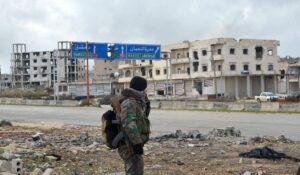 Syrischer Soldat in dem zur Geisterstadt gewordenen Maarat al-Numan in der Provinz Idlib