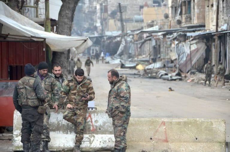 Soldaten des syrischen Regimes in der eroberten Stadt Maarat al-Numan in der Provinz Idlib