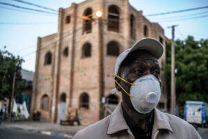 Während sich ein Mann in Dakar mit einer Maske vor einer Corona-Infizierung schützen will, nimmt die Verbreitung des Virus in Afrika zu. (imago images/Le Pictorium)