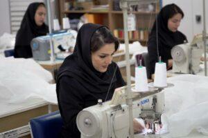 Frauen in Teheran produzieren Schutzkleidung gegen Corona-Infektionen. (imago images/ZUMA Wire)