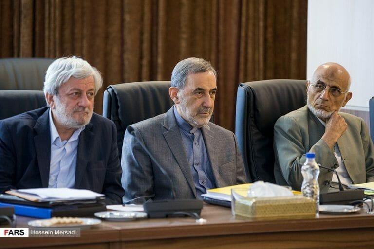 Seyyed Mohammad Mirmohammadi (li.) und zwei weitere Mitglieder des iranischen Schlichtungsrates