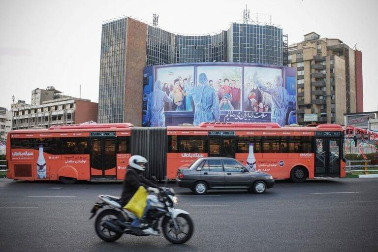 Ein Plakat in Teheran verspricht, die Gesundheit im Iran wiederherzustellen. (imago images/ZUMA Wire)