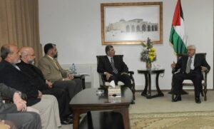 Mahmud Abbas mit Mitgliedern des Palästinensischen Legislativrates