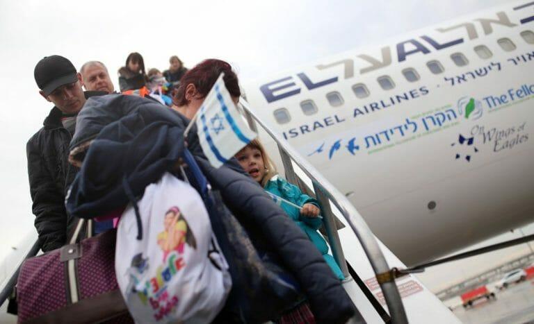 Einwanderer kommen am Flughafen Tel Aviv an