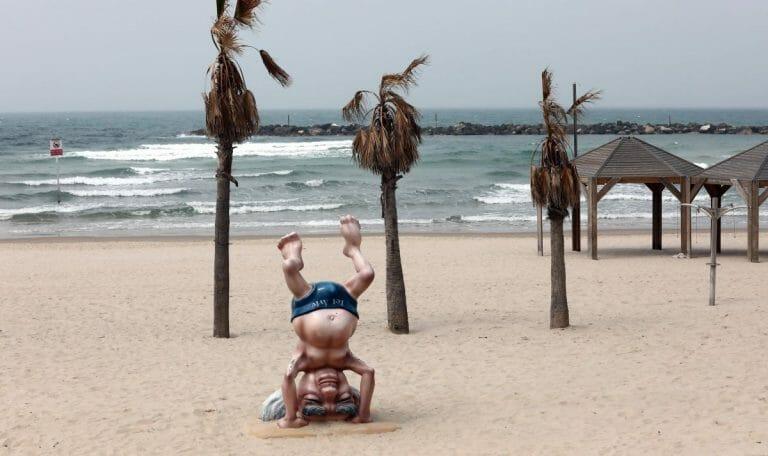 Wegen der Corona-Ausgangssperre menschenleerer Strand in Tel Aviv