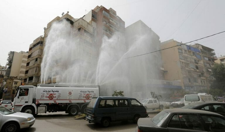Tankwagen desinfiziert wegen des Coronavirus Straßen in Beirut
