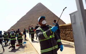 Arbeiter desinfizieren die Touristeneinrichtungen bei den Pyramdien von Gizeh