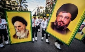 Hisbollah-Anhänger mit Postern von Ruhollah Khomeini und Hassan Nasrallah