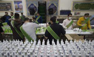 In einer Moschee in Teheran wird Desinfektionsmittel gegen das Coronavirus vorbereitet