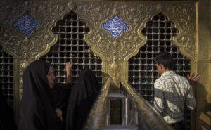 Gläubige besuchen den Imam-Reza-Schrein in Mashhad
