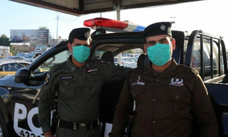 Iraksische Polizisten tragen wegen Corona Mundschutz