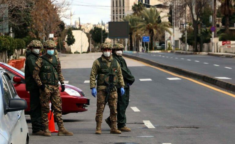 Soldaten in der jordanischen Haupstadt Amman überwachen die Corona-Ausgangssperre