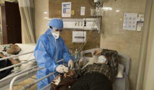 Krankenschwester behandelt Corona-Patienten in Teheran
