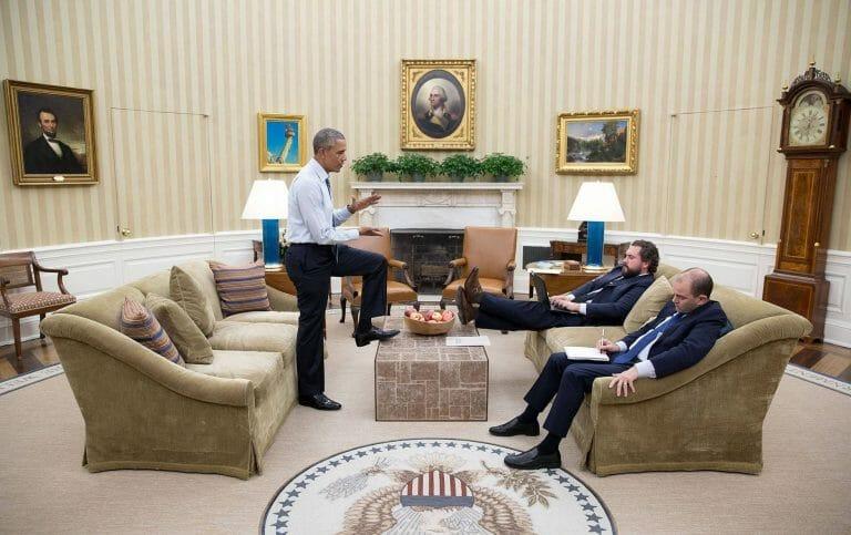 Obama mit dem selbsterklärten Architekten der proiranischen Echokammer Ben Rhodes (re.)