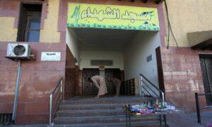 Palästinensische Gläubige beten vor einer geschlossenen Moschee