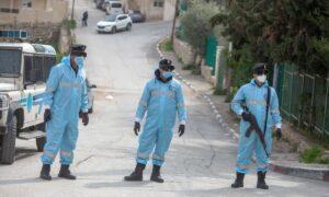 Polizisten der Palästinensischen Autonomiebehörde überwachen Corona-Quarantäne in Bethlehem