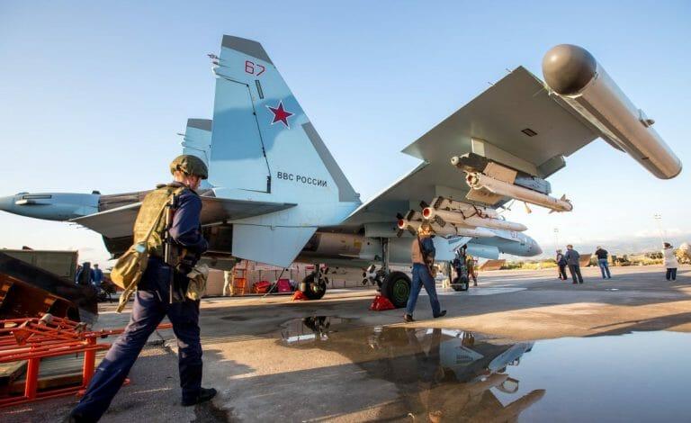 Russisches Kampfflugzeug auf einem Stützpunkt bei Latakia in Syrien