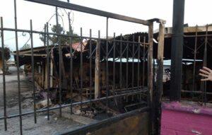 """Die einer Brandstiftung zum Opfer gefallene """"School of Peace"""" auf Lesbos"""