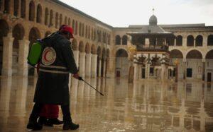 Mitarbeiter des Syrischen Roten Halbmond desinfizieren die Umayyaden-Moschee in Damaskus