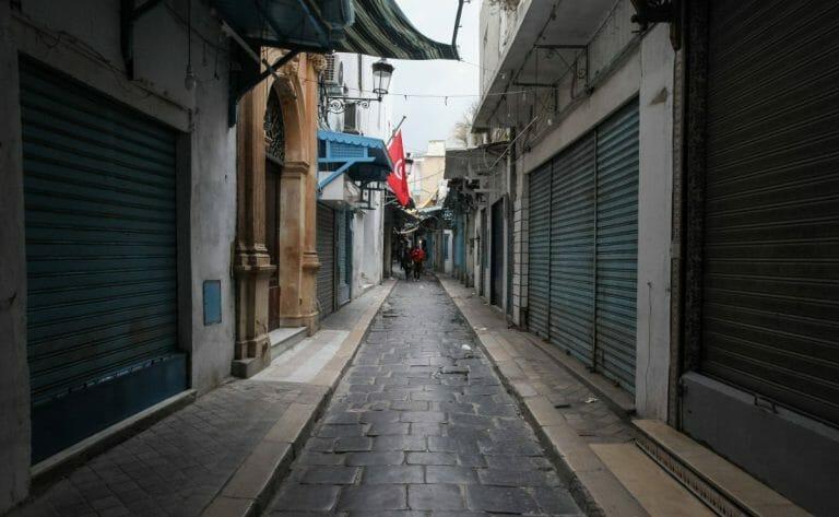 Wegen der Corona-Ausgangssperre geschlossene Läden in Tunis