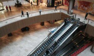 Fast leeres Einkaufszentrum in Istanbul