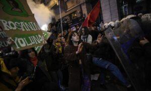 Türkische Polizei blockiert Marsch zum Frauentag in Istanbul