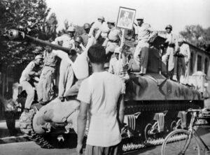 August 1953: Auf iranischen Straßen wird nach dem Sturz Mossadeghs die Rückkehr des Schah gefeiert. (imago images/United Archives International)