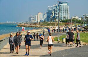 Menschen auf der Promenade von Tel Aviv. Israels Bevölkerung ist auf 9,2 Millionen angewachsen. (imago images/Schöning)