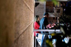 Wegen der Ausgangsbeschränkungen gedachten viele Israelis auf ihren Balkonen derjenigen, die in Kriegen getötet oder dem Terrorismus zum Opfer gefallen sind. Andere nutzten den Yom Hazikaron für eine Übung in moralischer Äquivalenz. (imago images/ZUMA Wire)