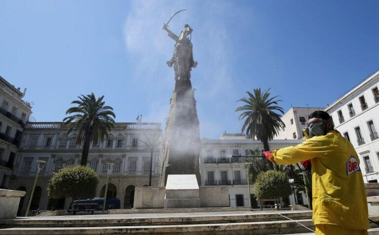 Städtischer Angestellter desinfiziert wegen Corona Platz in Algier