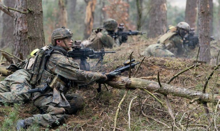 Soldaten der deutschen Bundeswehr bei einem Manöver