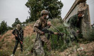 Kämpfer der international anerkannten libyschen Regierung liefern sich Gefechte mit ostlibyschen Milizionären
