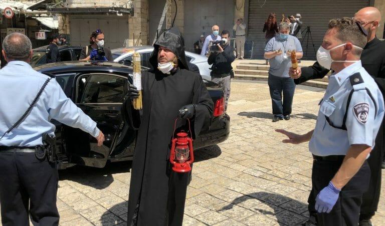 Ein Priester des Jerusalemer Patriarchats mit dem Heilgen Feuer