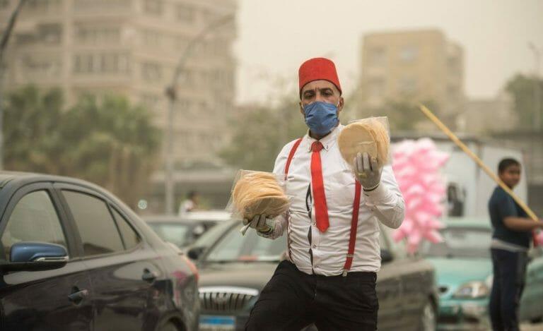 Straßenhändler mit Corona-Maske in Kairo