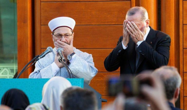 Der Diyanet-Leiter Erbas und Präsident Erdogan beim Gebet