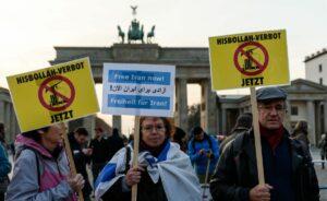 Demonstranten am Brandenburger Tor fordern das Verbot der Hisbollah