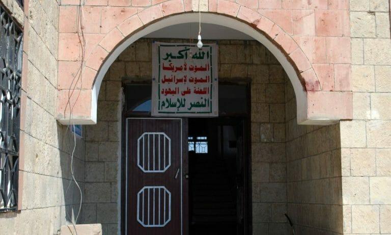 """Das Hauptquartier des Houthi-Politbüros mit dem Slogan: """"Gott ist groß! Tod den USA! Tod Israel! Verdammt seien die Juden! Sieg dem Islam!"""""""