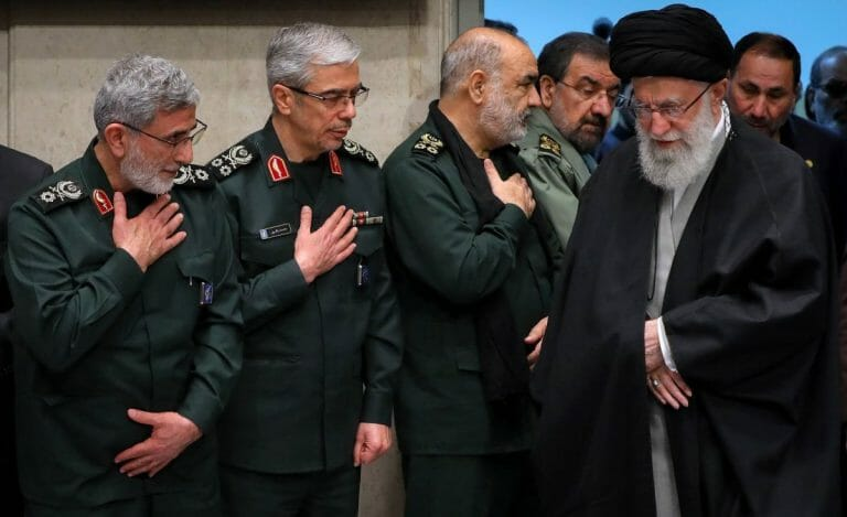 Khamenei mit der Führungsspitze der Iranischen Revolutionsgarden