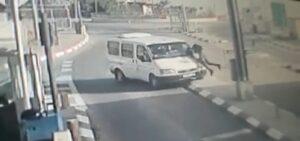 Der Terrorist rammte den israelischen Polizisten mit seinem Wagen und versuchte, ihn dann zu erstechen