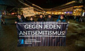 Protest vor einem Xavier-Naidoo-Konzert in München